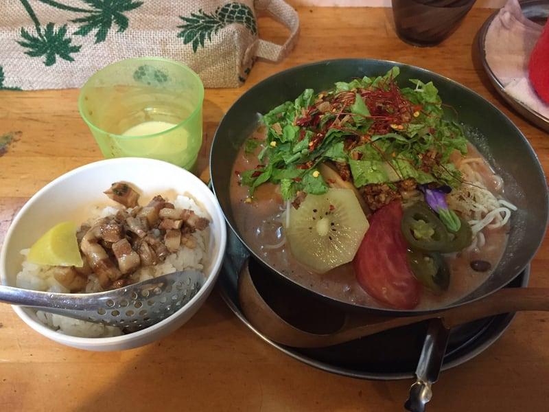 中華そばde小松 たっぷりトマトの冷やし坦々麺 魯肉飯