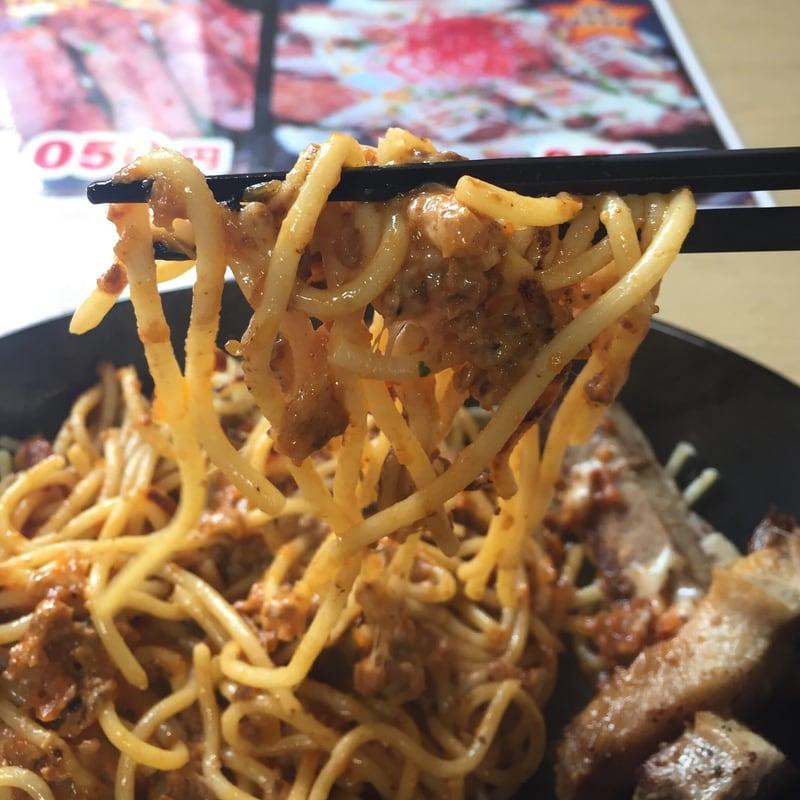 焼きスパ ブッチャーノ手形店 焼きスパ ブッチャーノ手形店の爆肉ミート+焼きチーズ+ステーキ(チャーシュー) チーミーチャー 麺