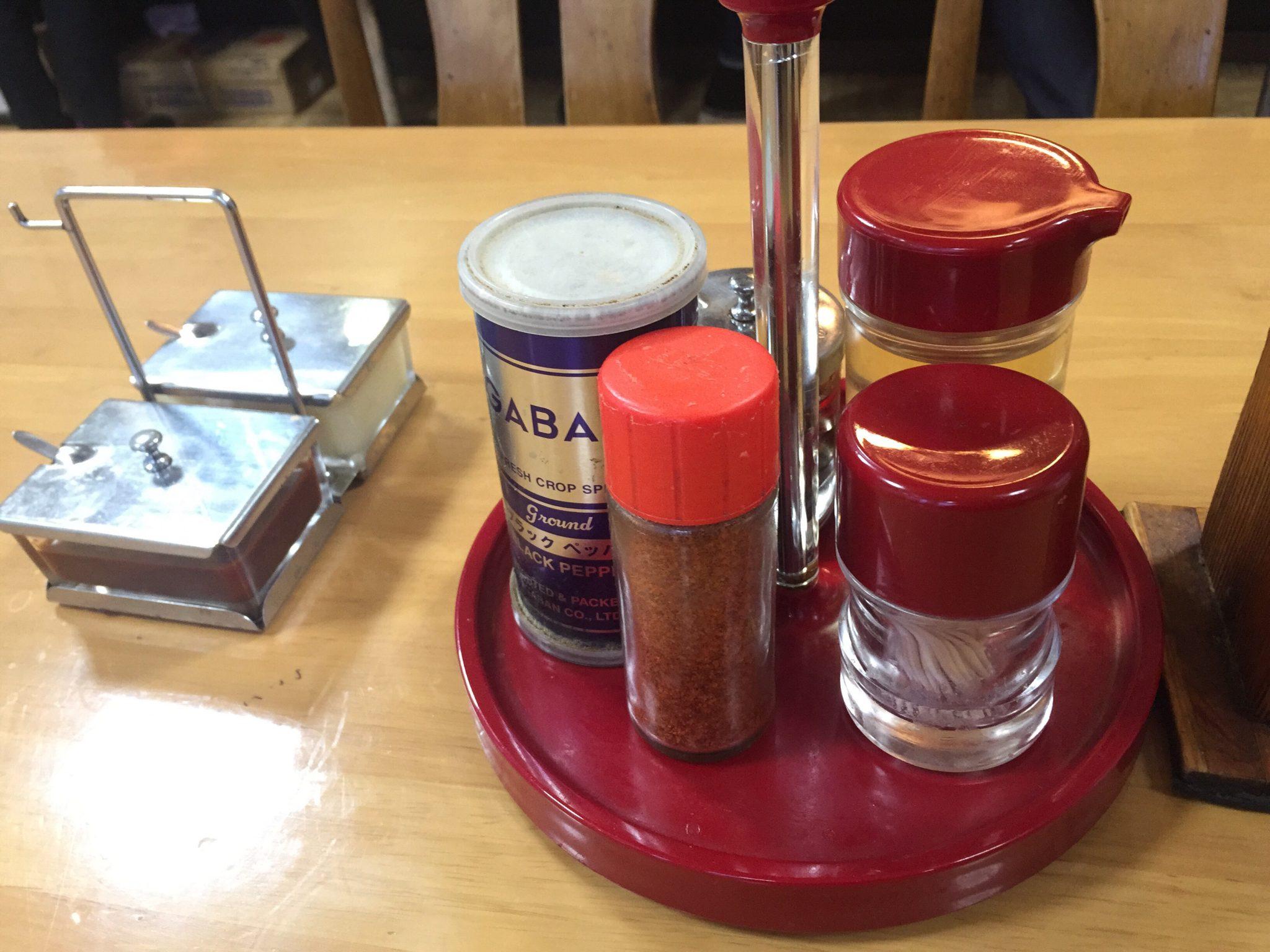 室蘭ラーメンの店 八屋本店 自家製ワンタンメン 正油ラーメン 味変 調味料