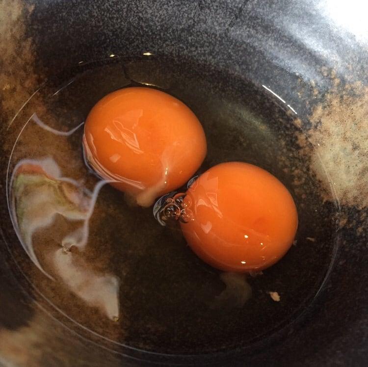 ラーメン マシンガン 秋田市広面 汁なし辛そば 生卵ダブル すき焼き風