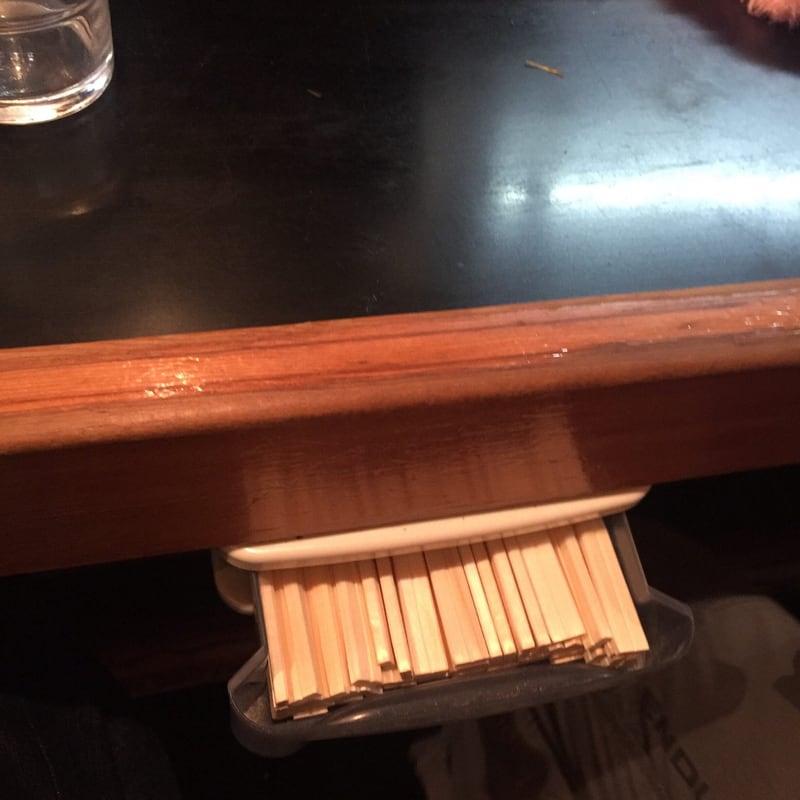 一条流がんこラーメン 総本家 四谷三丁目 カウンター下 箸