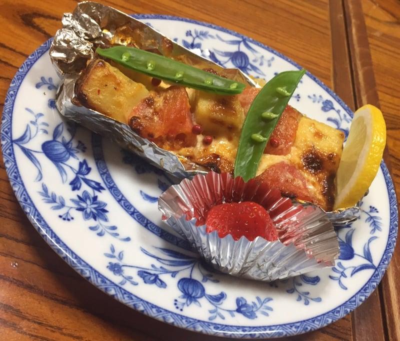 久村の酒場 山形県酒田市 マスとトマトとサツマイモのチーズ焼き
