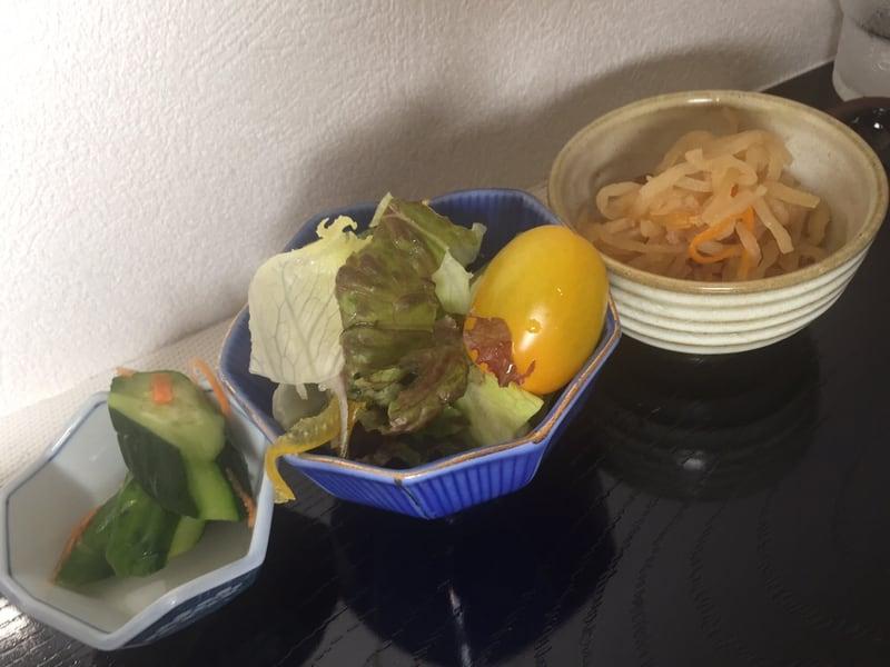 手打そば 忠士 秋田市将軍野 肉中華 漬け物 サラダ 切り干し大根 小鉢