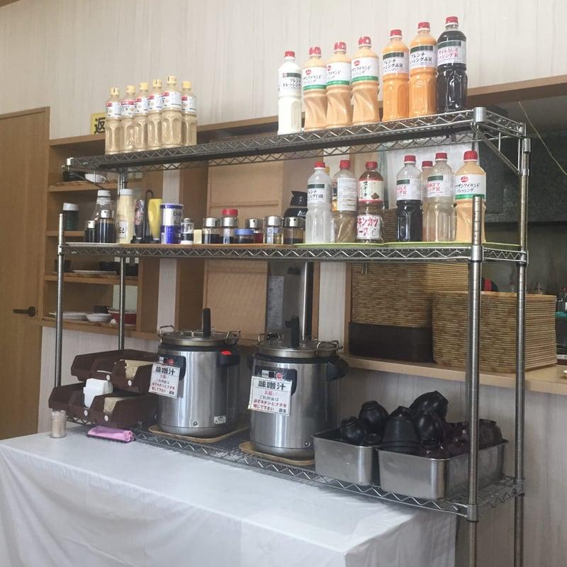 ドジャース食堂 秋田県秋田市手形 店内 味噌汁 ドレッシング 味変 調味料 コーナー