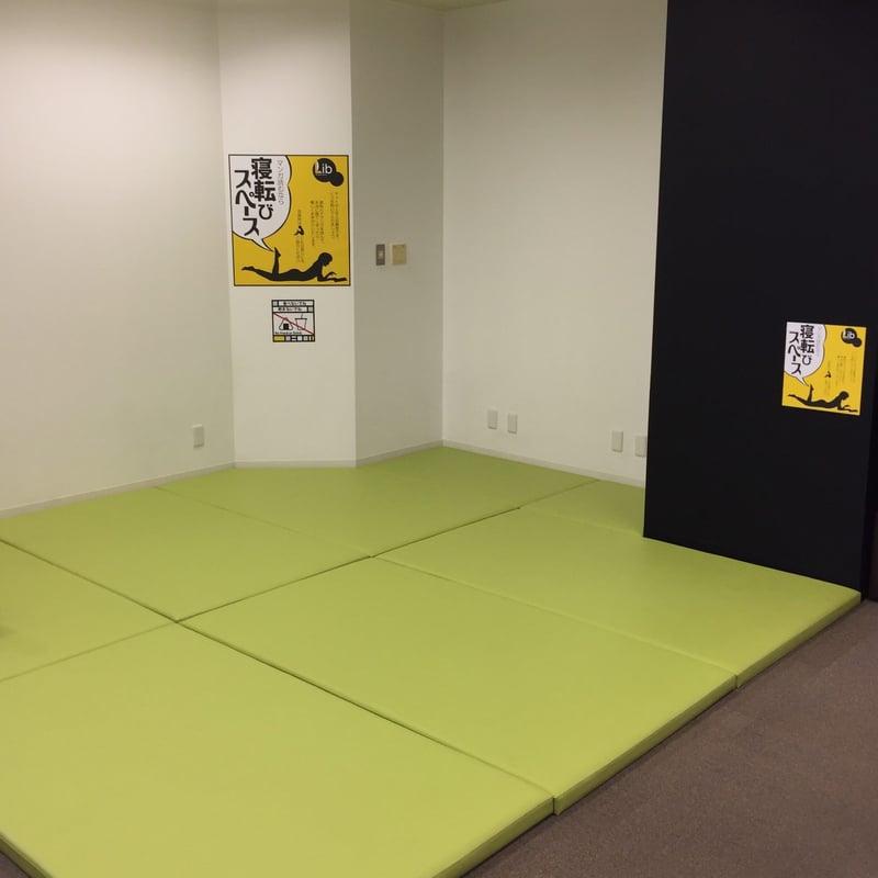 増田まんが美術館 秋田県横手市増田町 2階 マンガライブラリー 寝転びスペース