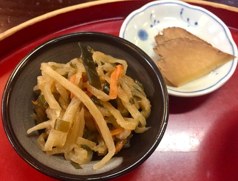 お食事処 桜の里 秋田県仙北市角館町 究極の親子丼 比内地鶏親子丼と稲庭うどんセット 小鉢