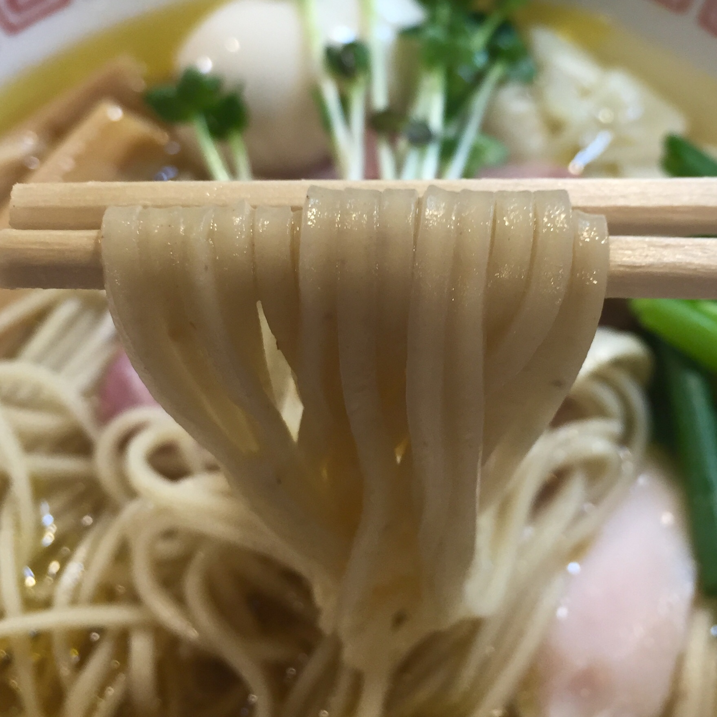 自家製麺 くろ松 群馬県高崎市柳川町 松・特級中華そば 白醤油の麺