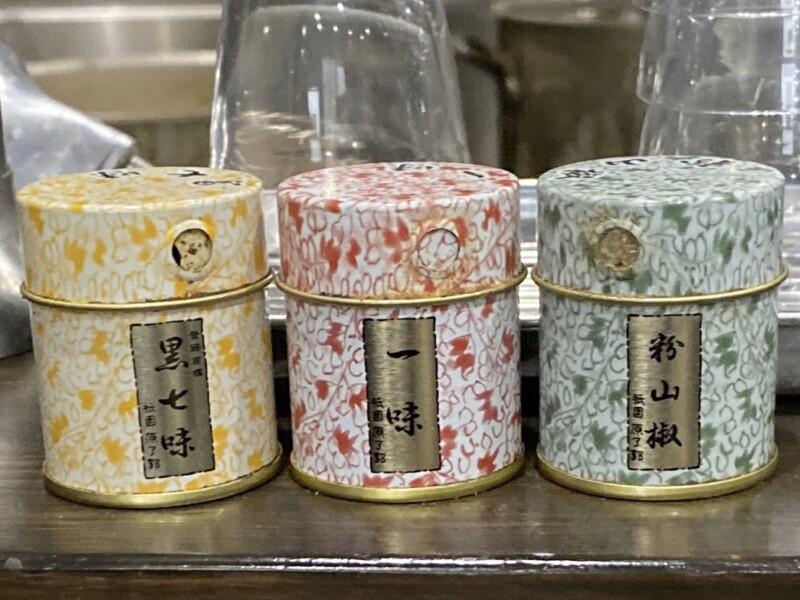 トラガス。 秋田県湯沢市西新町 辛味噌ラーメン 辛みそらーめん 小辛 味変 調味料