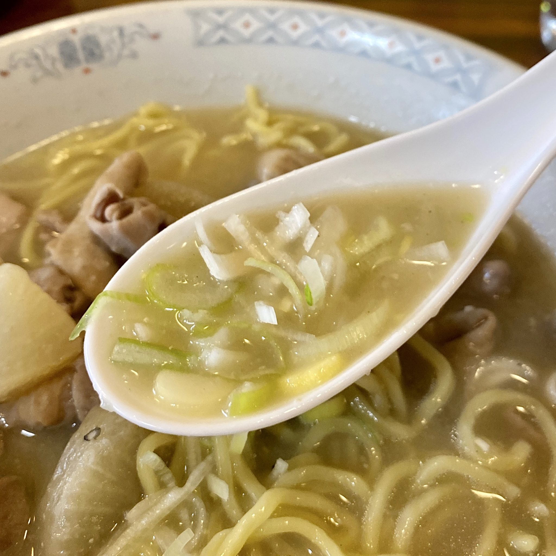 もつ煮はるちゃん 秋田県秋田市仁井田 もつ煮ラーメン スープ ネギ 小ライス