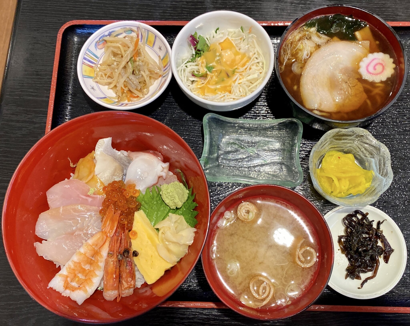 さかなや 中央食堂ヤーや 秋田県にかほ市金浦 にかほ陣屋内 魚屋さんの海鮮丼 ミニラーメン 醤油ラーメン